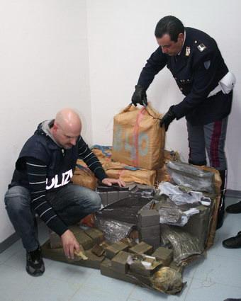 350 chilogrammi di hashish sequestrati dalla Stradale. Colpo grosso del valore di circa 6 milioni di euro