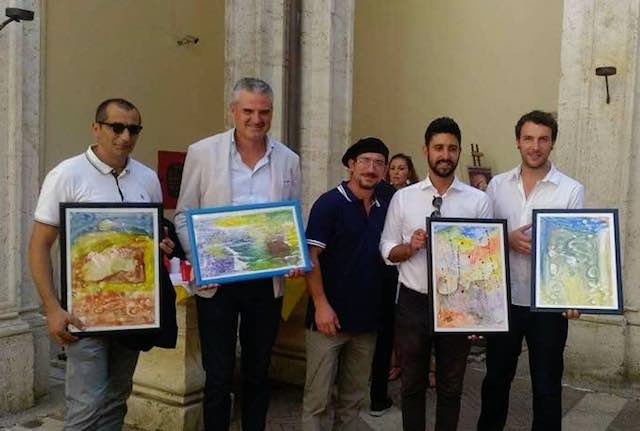 Alban Cela dona le sue opere ai sindaci di Montecchio e Alviano