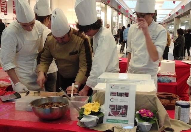 """Creazioni di cioccolato degli studenti dell'Alberghiero per """"Il giorno più dolce"""""""