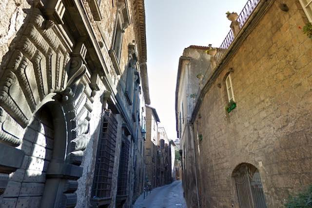 Via Alberici chiusa al transito delle auto, ma solo per tre ore