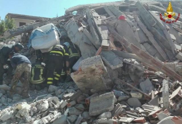 Ad Amatrice almeno 200 morti e si scava ancora. Il sindaco