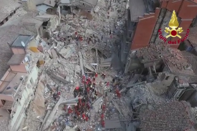 L'Italia piange per le vittime del terremoto. Il video dell'apocalisse che ha cancellato Amatrice