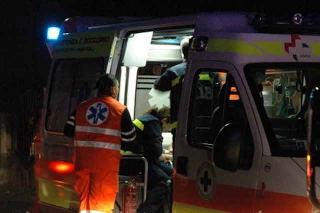 L'auto sbanda e finisce contro un albero, feriti due uomini