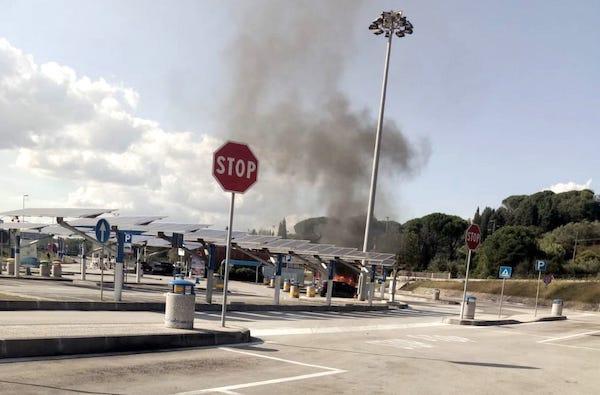 A fuoco un'auto Gpl, evacuata l'Area di Servizio