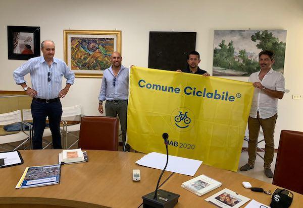 """Nel cuore verde d'Italia, due bandiere gialle ad altrettanti """"ComuniCiclabili"""""""