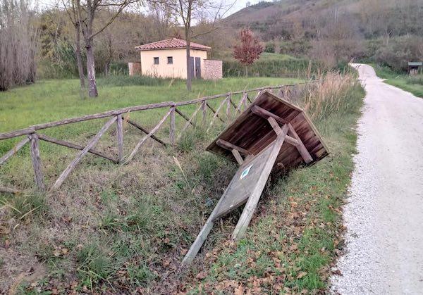 Distrutti nuovamente vasi e pannelli indicatori alle Terme di Ramici
