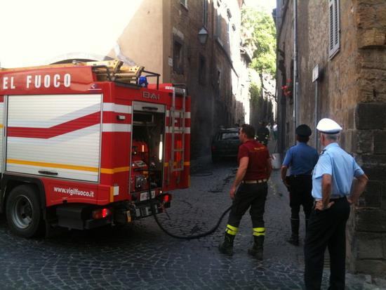 Auto a fuoco in Via Alberici
