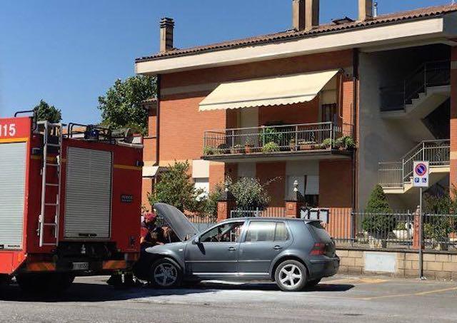 Auto in fiamme a Sferracavallo, attimi di paura per il conducente