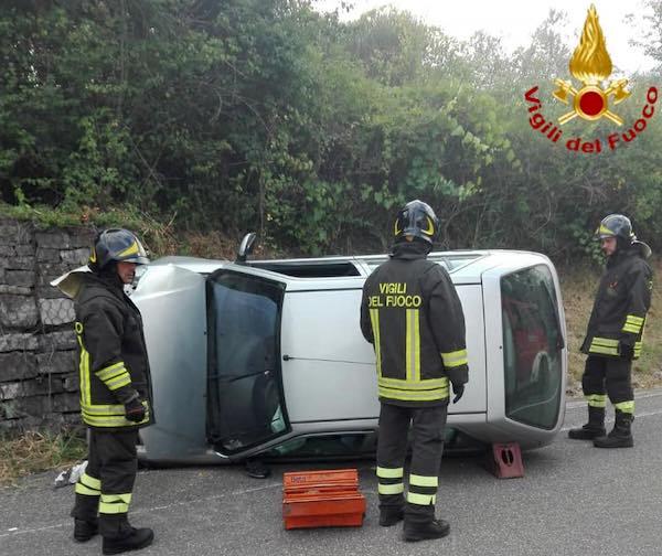 Auto si ribalta lungo la SP 44, ferita la moglie del conducente