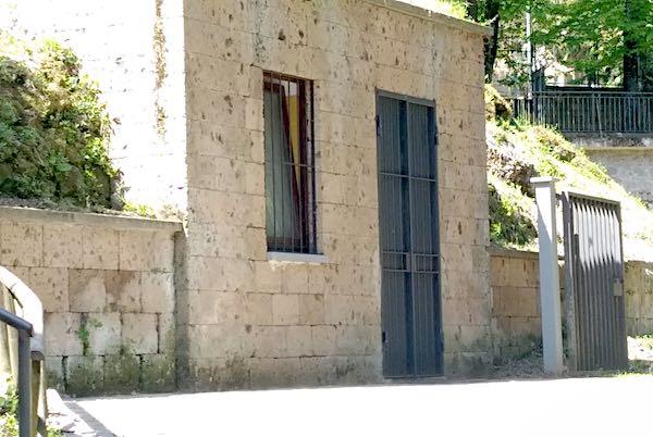 Ancora fuori uso i bagni pubblici in Viale Sangallo