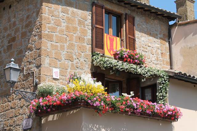 Torna il concorso per balconi e vetrine fiorite. Arriva l'aperitivo medievale