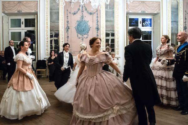 """""""Ballo di Settembre"""". A Palazzo Monaldeschi rivivono le danze storiche dell'800"""