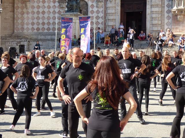 """Gianfranco Foscoli fa ballare Piazza IV Novembre. E l'estate si annuncia """"caliente"""""""