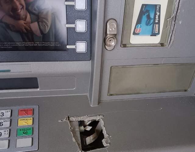 Ladri in fuga tentano di aprire il bancomat con il frullino