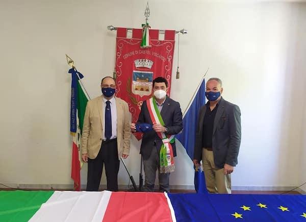 Nuovo tricolore e nuova bandiera europea. Cerimonia congiunta a Pianlungo