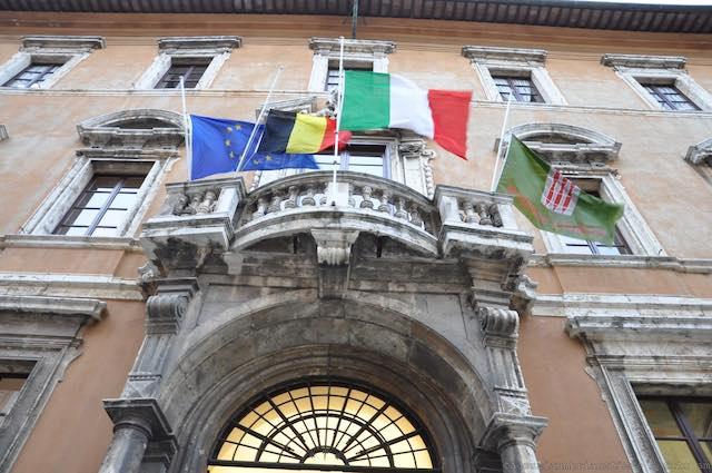 Attentati a Bruxelles, bandiere a mezz'asta e un invito a reagire con determinazione