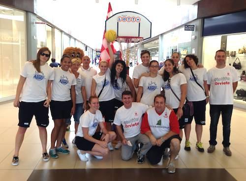 Le atlete dell'Azzurra e una mascotte alla Porta d'Orvieto per promuovere il basket