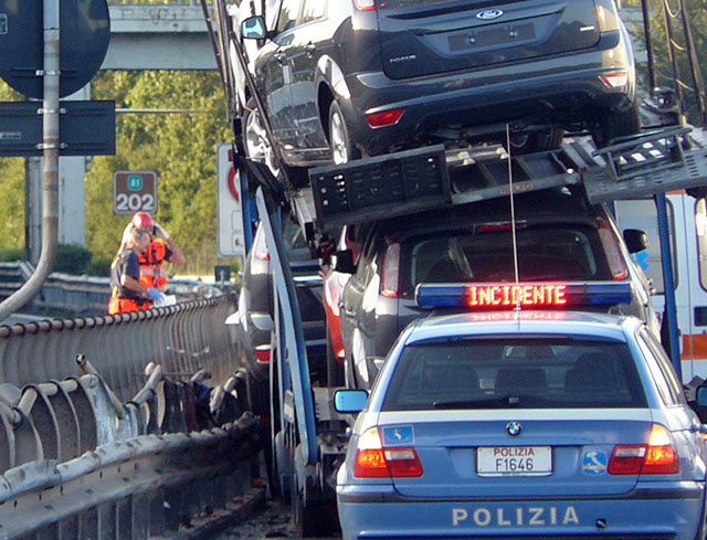 Volano auto sull'autostrada: bisarca perde sei auto in corsa, un ferito