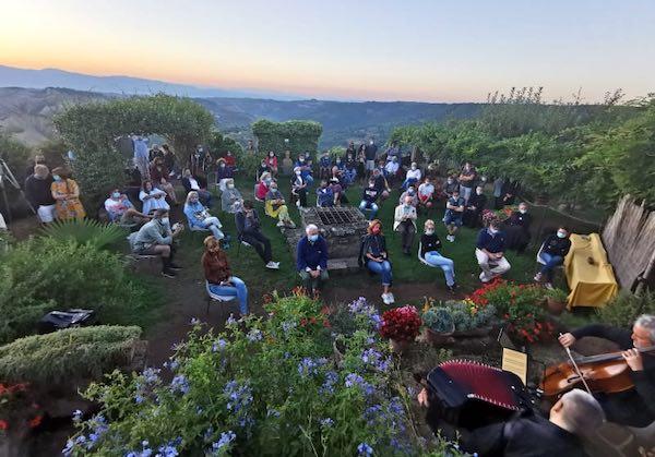 Il violoncello di Mario Brunello racconta l'anima silenziosa di Civita all'alba