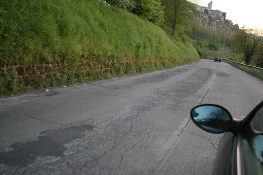 Tra meno di un mese arriva il Giro. Buche e crepe, manto stradale in pessime condizioni