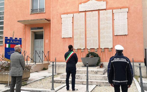 Corona d'alloro e minuto di silenzio di fronte al Monumento ai Caduti