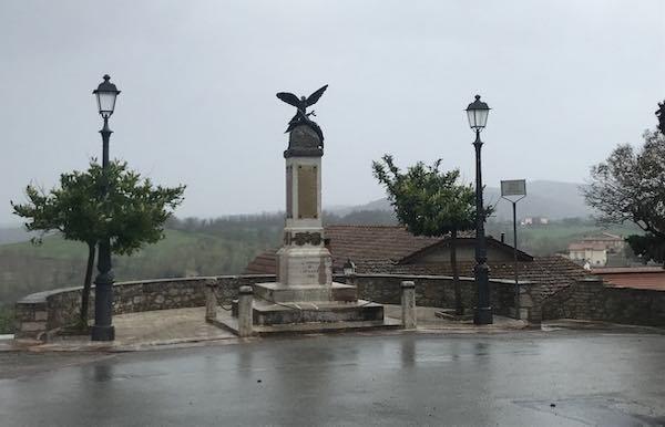 Il Comune depone una corona al Monumento ai Caduti
