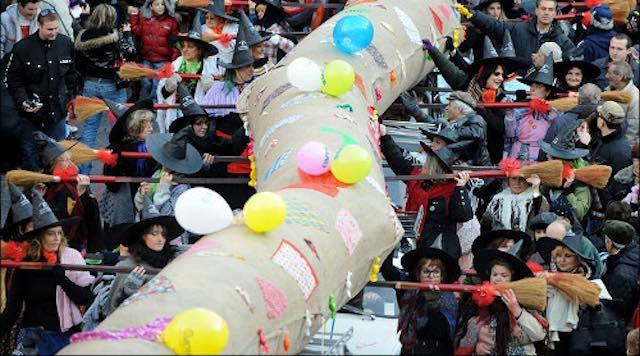 Si rinnova la tradizione della Calza della Befana più lunga del mondo