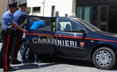 Due quarantenni rubano su un'auto in sosta. Bloccati dai carabinieri e arrestati