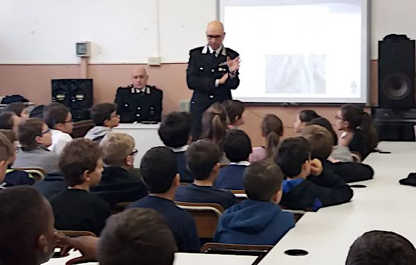 """""""A scuola di legalità"""". Comune e Carbinieri entrano in aula contro il bullismo"""