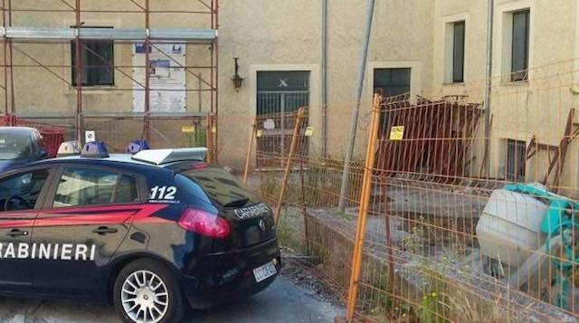 Operaio non pagato, si barrica sul tetto di un'abitazione in costruzione