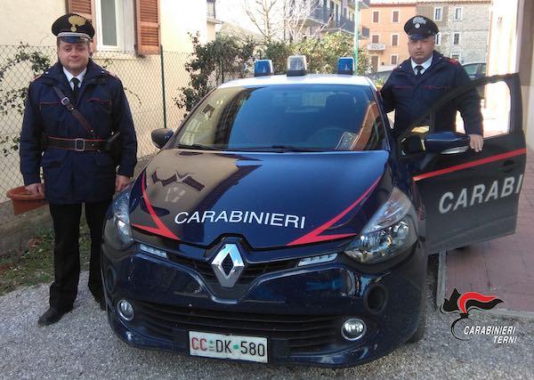 Provoca un incidente e se la prende con i Carabinieri che lo soccorrono
