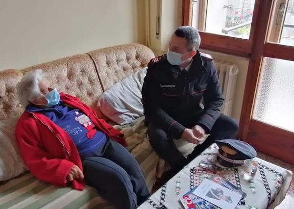 I Carabinieri portano i giornali dell'Arma a casa di Nonna Vera