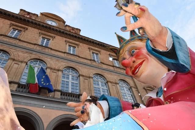 Carri allegorici e balli in maschera, il Carnevale Aquesiano dà spettacolo