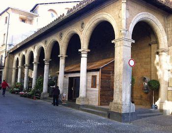 Nei portici della chiesa di Sant'Andrea spunta una casetta in legno. Italia Nostra denuncia l'accaduto con una lettera aperta