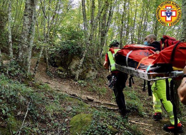 Cade in un dirupo a Castel di Fiori, soccorso dagli uomini del SASU