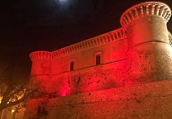 """Il Castello di Alviano si illumina di rosso. """"Oggi e tutti i giorni dell'anno"""""""