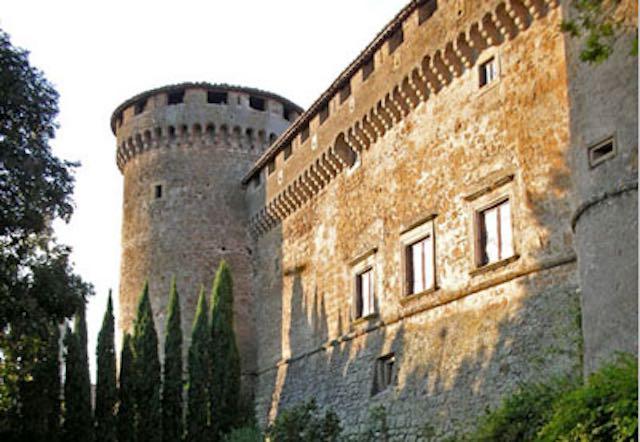 Visita al Castello di Giulia Farnese e il suo Giardino Medievale