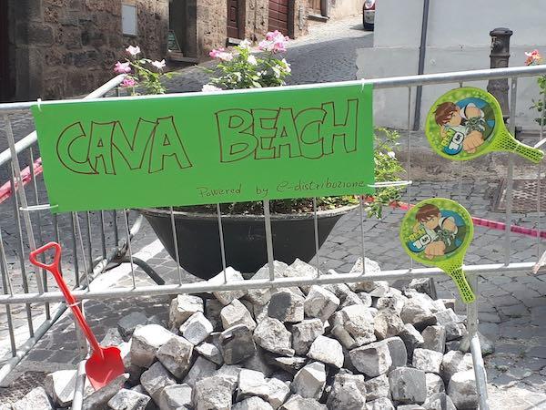 """Ironia amara in Via della Cava. Nella città senza mare, è subito """"Cava Beach"""""""