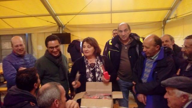 Sisma, l'assessore Cecchini consegna piccole radio donate per i cittadini di Norcia