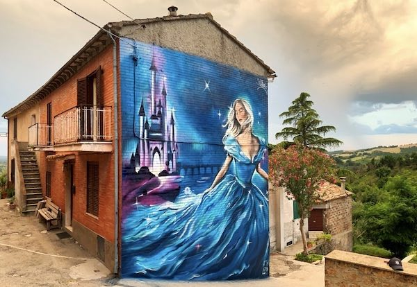 """Ultimato il murales di Cenerentola. """"Il Paese delle Fiabe"""" non smette di sognare"""
