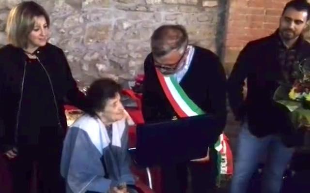 Tutti in piazza a San Vito per festeggiare le cento primavere di Cesarina