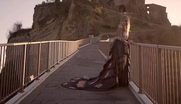 """Chiara Ariè, una camminata sul Ponte di Civita per potersi dire ogni giorno """"A Domani"""""""