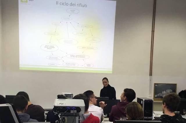 Gli studenti del Liceo Scientifico e dell'Iti a lezione sul tema dei rifiuti