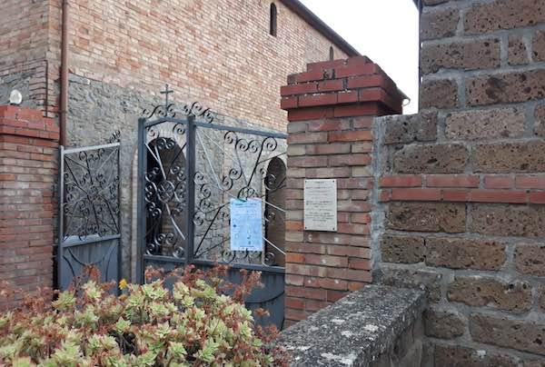 Cimitero aperto anche il pomeriggio. Regole affisse ai cancelli