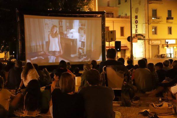 Schermo gonfiabile per un cinema itinerante in piazze, parchi e luoghi naturali