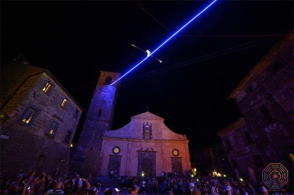 """In migliaia a """"La Notte delle Luci"""" che immerge Civita nell'incanto"""