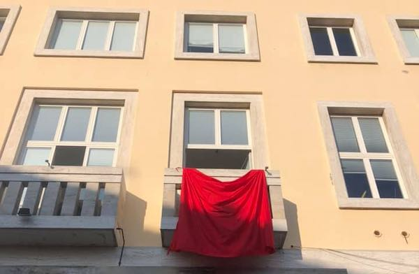 """Drappo rosso sulla facciata del Municipio. """"I segnali sono importanti"""""""