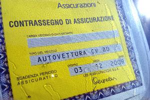 Contrassegno assicurazione contraffatto. Sequestro del mezzo e denuncia per il proprietario