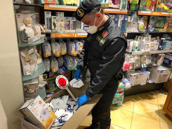 Sequestrate mascherine non conformi in una farmacia della Tuscia, scatta la denuncia