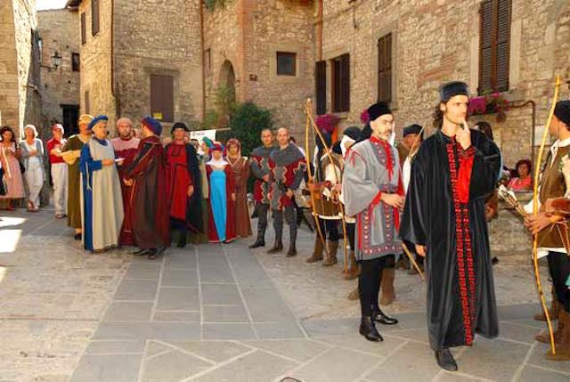 Corteo Storico e Banchetto Medioevale in piazza con la Pro Loco